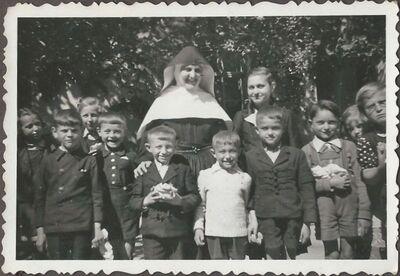 Pálity M. Bazilla nővér a tanítványaival