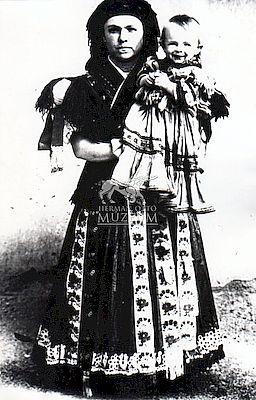 Mezőkövesdi asszony kislányával