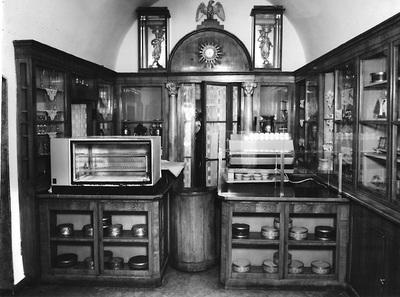 Ruszwurm Cukrászda védett berendezése, Budapest, szekrény- és pultrendszer