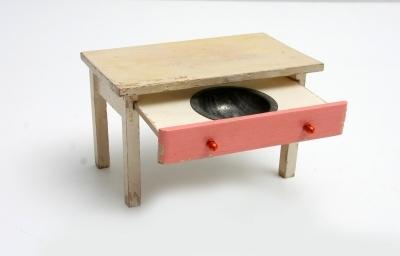 Játék bútor (asztal, fiók, mosogatótál)