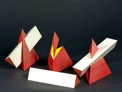 Durchdringungsphänomene einer Pyramide mit einem Prisma