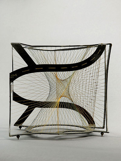 Fadenmodell der Tangentenfläche einer Raumkurve 4. Ordnung zweiter Art, deren Selbstschnitt ein dreifach zu zählender Kreis ist