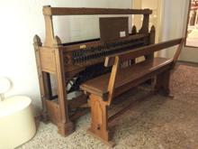 Klavier, stokkenklavier, vijfoktaafs, + zitbank
