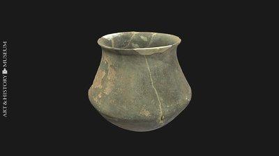 Carinated vase with flared rim, Vase caréné à bord évasé, Geknikte pot met uitstaande rand