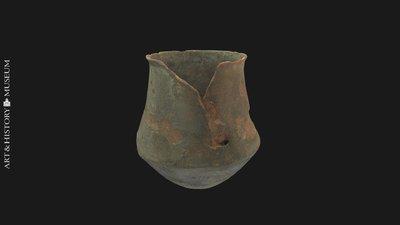 Carinated vase with flaring rim, Vase caréné à bord évasé, Geknikte vaas met uitstaande rand