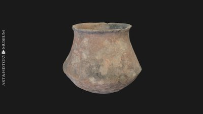 Carinated vase with flaring rim and human remains, Vase caréné à bord évasé et restes humains, Geknikte pot met uitstaande rand en menselijke resten