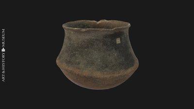 Carinated vase with flaring rim, Vase caréné à bord évasé, Geknikte pot met uitstaande rand