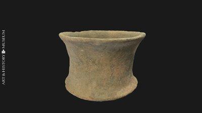 Small carinated vase with flaring rim, Petit vase caréné à bord évasé, Kleine geknikte vaas met uitstaande rand