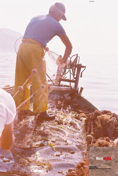 Fonds Henri-Paul Brémondy : Pêcheur avec filet de pêche dans le bateau - Photographie en lien avec le corpus sonore La pêche traditionnelle varoise dans les années 1970