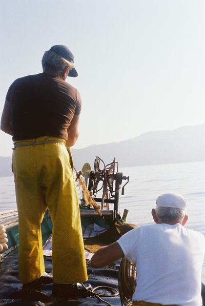 Fonds Henri-Paul Brémondy : Pêcheurs vu de dos sur un bateau - Photographie en lien avec le corpus sonore La pêche traditionnelle varoise dans les années 1970