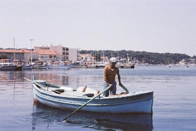 Fonds Henri-Paul Brémondy : Un bateau de pêche au port du Brusc de Six-Fours-les-Plages - Photographie en lien avec le corpus sonore La pêche traditionnelle varoise dans les années 1970