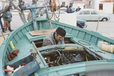 Fonds Henri-Paul Brémondy : Un pêcheur qui travaille sur un bateau au port du Brusc de Six-Fours-les-Plage - Photographie en lien avec le corpus sonore La pêche traditionnelle varoise dans les années 1970