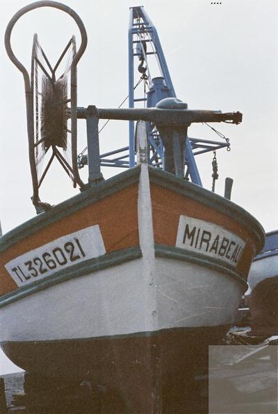 Fonds Henri-Paul Brémondy : Un bateau au port du Brusc de Six-Fours-les-Plage - Photographie en lien avec le corpus sonore La pêche traditionnelle varoise dans les années 1970