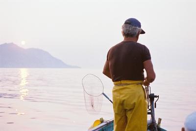 Fonds Henri-Paul Brémondy : Pêcheur vu de dos sur un bateau - Photographie en lien avec le corpus sonore La pêche traditionnelle varoise dans les années 1970
