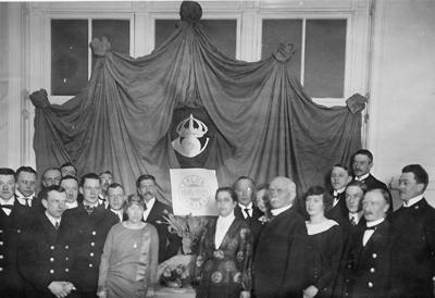 Förste postexpeditör Hilma Ahlström, postkontoret i Falun, uppvaktas vid sin avgång ur tjänsten den 1 april 1925.
