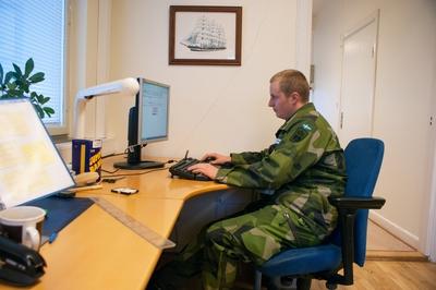 En dag på örlogsbasen med Simon Johansson. Christoffer registrerar arbetstid och kollar sin mail fram till lunch.