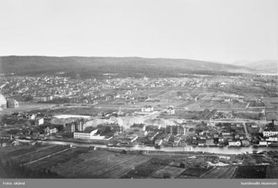Vy över Västermalm från Norra berget. Sandgropen med vattenansamlingen och Kronohäktet mitt i bild. Kronohäktet uppfördes 1879, lades ner 1946 och revs 1959. Det hade tre våningar och 53 celler och låg ett hundratal meter norr om Sundsvalls Västra station. Den var gulfärgad. Till vänster om Kronohäktet ligger Linderbergs klockgjuteri (med hög skorsten).