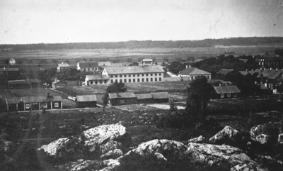 Fotografi av Köpings mekaniska verkstad 1864. Utsikt över Köpings södra del från berget där epidemisjukhuset låg.   Fotograf: CJ. Hansen.  Bilden är en reproduktion av E Sörman efter CJ Hansens foto. Fotokopia finns.