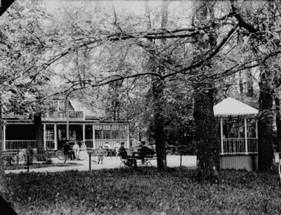 Stora Holmen, konditoriservering, en och en halvvånings bostadshus med inredd vind, stor glasad veranda, balkong och brutet plåttak.