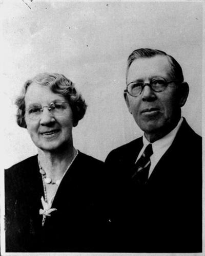 Ett par, bröstbild. Syster Augusta Juliana Fransén med man. U.S.A. Reproduktion 1945, efter en äldre bild.