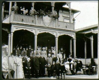 Badgäster vid Mössebergs Kallvattenkuranstalt. 1892.  Nr 12, i mitten på balkongen, dr Jungmarker, då underläkare där.
