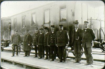 Järnvägspersonal på Ranten omkring 1910. Knut Johnsson, stationsmästare i Jonsered till år 1934. Ansbäck Karl Hultgren bromsare A. Sandgren, C. Hasselberg, E. Sandell, A. Lager, K. Andersson, F. Qvist.