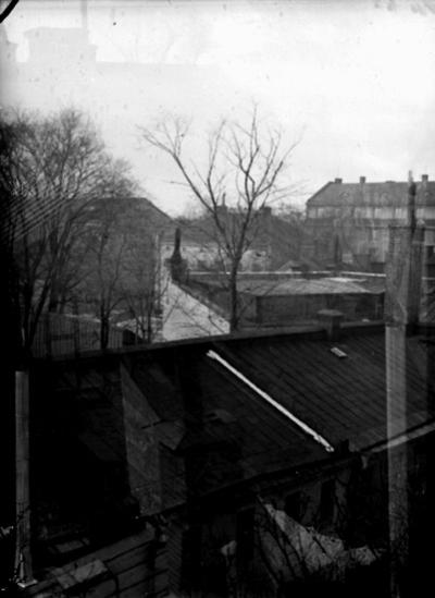 Stadsvy, utsikt från köksfönstret ( Sam Lindskogs hem på Stortorget 18), över bakgårdar. Bostadshus och byggnader.