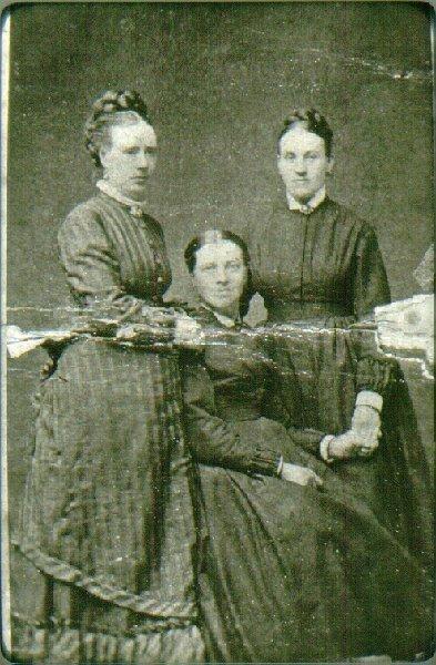 En trio damer, omkring 1880. Fr.v. fröken Mina Nyman, fru Clara Hulting. Fru Gustava Lindgren.