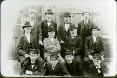 Personal vid Nordins Mek.verkstad i Falköping 1900. Bortre raden från vänster: 1. Stålhandske 2. Kihlberg 3. Lundgren 4. Svenningsson. Mellersta raden: 1. Lindgren 2. Karl Nordin 3. Oskar Nordin 4. Åberg. Främre raden: 1. Nilsson 2. Hultgren 3. Ture Hallström (ev. Ture Fahlström). 4. Oidentifierad. (Nr. 2 är troligen Oskar och nr. 3 är Karl)