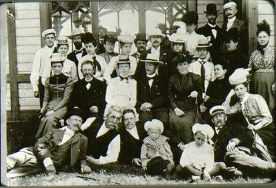 Några av logen Falbygdens äldre medlemmar, som var med på 1880-talet. Översta raden: Janne Hall med mössan. Mellersta raden: nr 2: fru Ingeborg Alexandersson. Nedersta raden: i mitten: Inspekt. Julius Rydell.