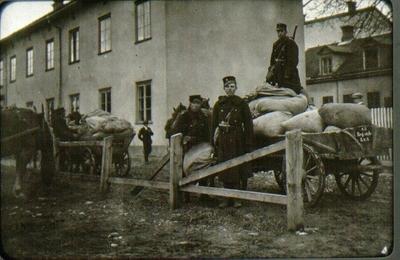 Dotorpsgatan vid manövern 1912 med gårdsinteriör av J.Janzons fastighet Storgatan 18. Högt, bakom skymtar N. Ekmans & Co:s fastighet, Storgatan 20.