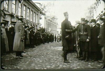 Järnvägsgatan (Rantavägen) med stadshotellet, förut Jouvins hotell t.v. under manövern 1912. Mannen som syns mot den första flaggstången i gatan är bokhållaren Otto Rehn på bryggeriet Victoria.