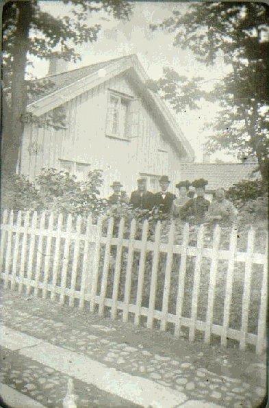 Kv. Hjorten, S:t Olofsgatan 58 - Botvidsgatan 70, 1898. Unikt. Här byggdes senare fröknarna Jonssons fastighet, vid anordnande av Botvidsgatans mynning. Gåva av Stationkarl V. Fagergren, Falköping. Omkring 1898. Från vänster: 1. Alb. Nylén, Maskinist 2. K.J. Fagergren, Fastighetsägare 3. Hillberg, hos Nordins 4.  Fröken Pettersson 5. Hulda Fagergren 6. Fru Anna-Lisa Fagergren