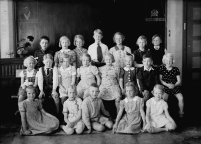 Engelbrektsskolan, klassrumsinteriör, 13 flickor och 7 pojkar. Lärarinna fröken Astrid Viberg och vikarie fru Swärd finns inte med på bilden. Klass 2, sal 16.
