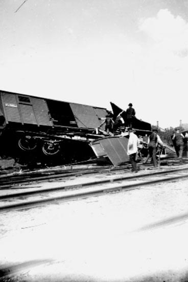 Tågolycka, 6 personer. Troligen urspårning vid Örebro Södra i början av 1900-talet. Se även bilderna: 10641, 10645, 10646, 10647.