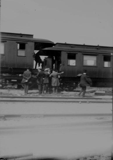 Järnvägsstation, ett tåg, 7 personer. Troligen urspårning vid Örebro Södra i början av 1900-talet. Se även bilderna: 10641, 10642, 10645, 10647.