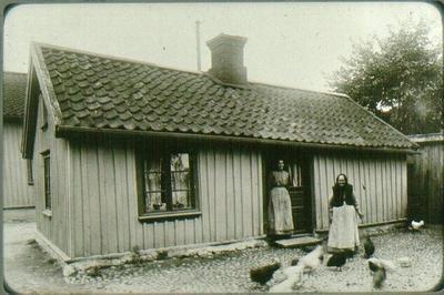 Översta huset vid Nygatan i anslutning med Östertullsgatan, stenfoten var rappad med lera från