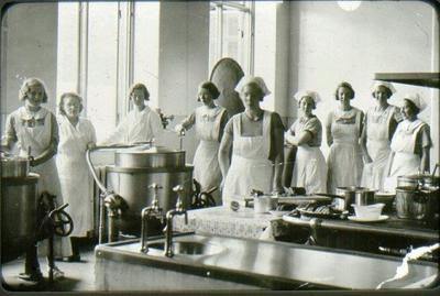 Lasarettet, köket omkring 1936-38. Fr.v: 1. Astrid Palmkvist, 2. Iréne Johansson,  f. Andersson  3. fru Eriksson (föreståndare) 4. Inga Borg 5. Hildur Kilander  6. Alice gift Andersson 7. Märta Helander 8.Märta Myrberg (första kokerska) 9.Astrid Jägerfeldt.