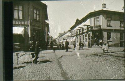 Stora torget, kv. Guldsmeden. Storgatan 18 - Dotorpsgatan 1 till höger. Mitt i bilden polis Hellström. Mannen med käppen t.v. heter Ljus.
