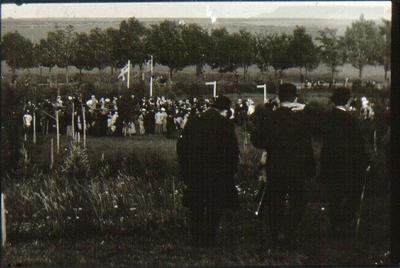 Planteringsförbundets park. Dansbanan vid 1898 års fest. De tre i förgrunden är fr.v. handlanden Gustaf Andersson, handl. N. Ekman och direktören Adolf Elliot.