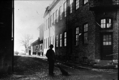 Sjögatan, den gamla utfartsvägen till Göteborg gick i skarp vinkel från Storgatan mellan bryggeriet Victoria och godisfabriken.