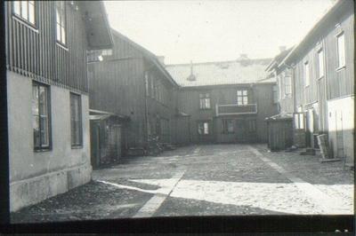 Storgatan 8, åt gården. Gårdshuset t.v. det första av tegel uppförda huset i Falköping, byggdes år 1842.