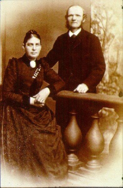 Enok och Hanna Meijel, sadelmakare och linnesömmerska. Bodde på Staregården, Storgatan 17, inne på gården i ett hus med fönster utåt kyrkparken. I andra änden av huset bodde Gull-Stubb.