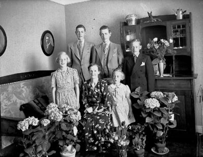 Rumsinteriör, familjegrupp 6 personer. Fru Svenssons 50 årsdag.