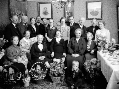 Rumsinteriör, släktgrupp 18 personer. Änkefru Kristina Blomkvists 90 årsdag.
