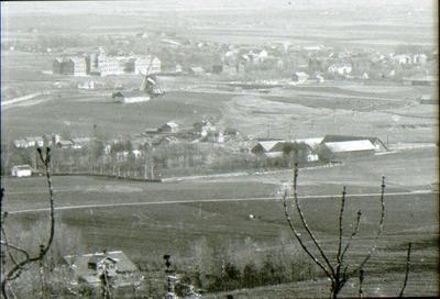 Utsikt från Mösseberg 1895. Överst t.v. Lasarettet. Gården längst t.h. nedtill Rantens gård. Längst ned t.v. Eriksbergs herrgård.