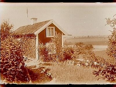Sommarstugan Fridensborg, envånings sommarstuga med inredd vind och stor veranda mot väster. Utsikt mot staden Örebro.  Fotograf Sam Lindskog