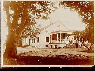 Sörby gård, envånings bostadshus med inredd vind, en stor tillbyggd veranda på ena gaveln. (Två bilder på samma glasplåt).