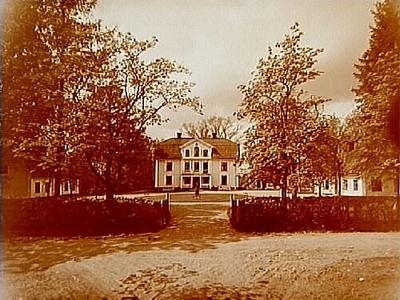 Källtorps gård, tvåvånings bostadshus med inredd vind, frontespis, veranda och balkong. Två envånings flygelbyggnader.