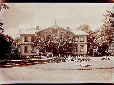 Nöbbeleds Herrgård i Värnamo, tvåvånings herrgårdsbyggnad med stor balkong och veranda i snickarglädje. Nr: 25. Byggnaden brann ner i början på 1950-talet. På platsen för dess lagårdar ligger nu (år 2019) konstmuseet Vandalorum.